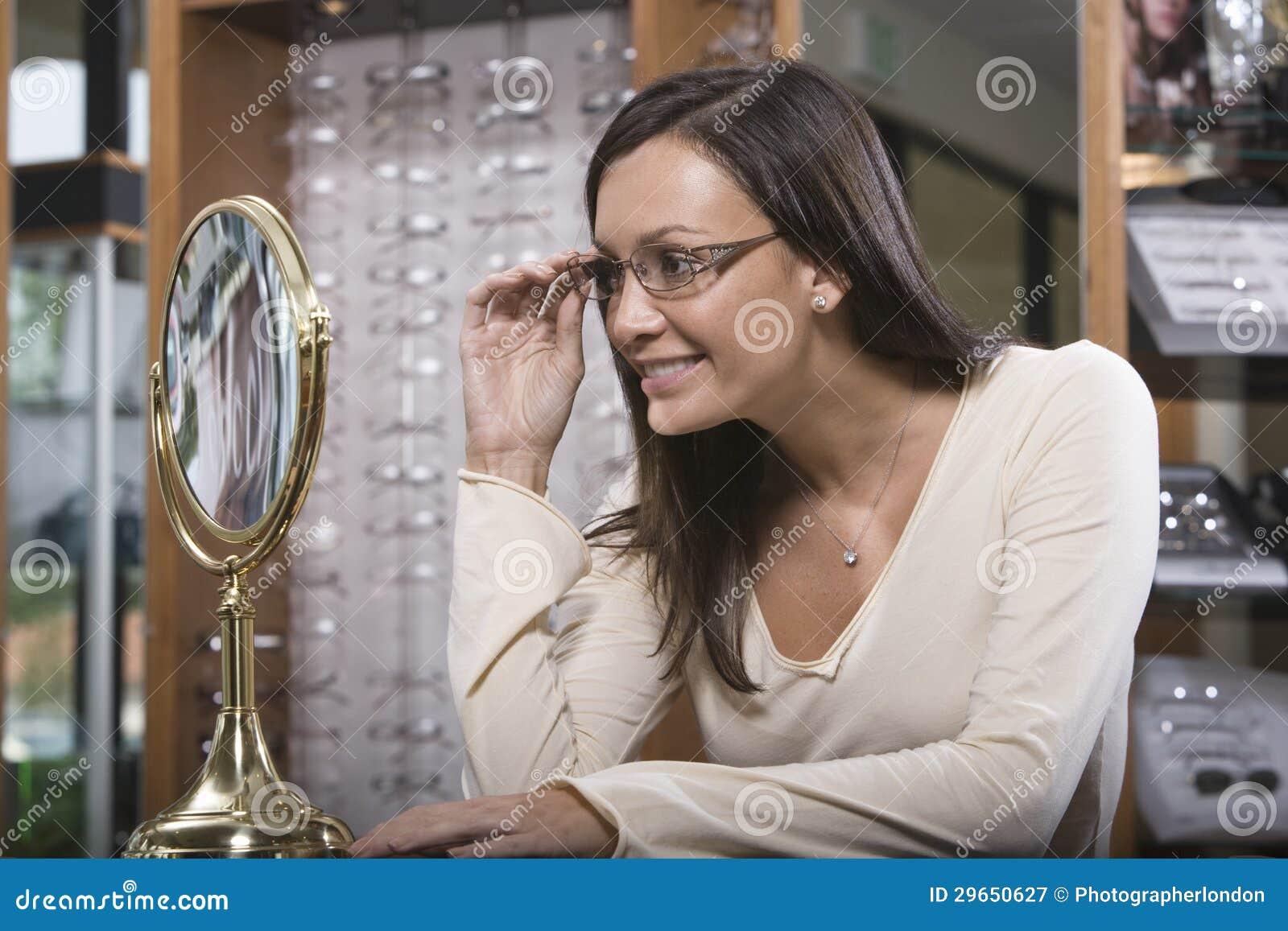 尝试在眼镜的妇女在商店