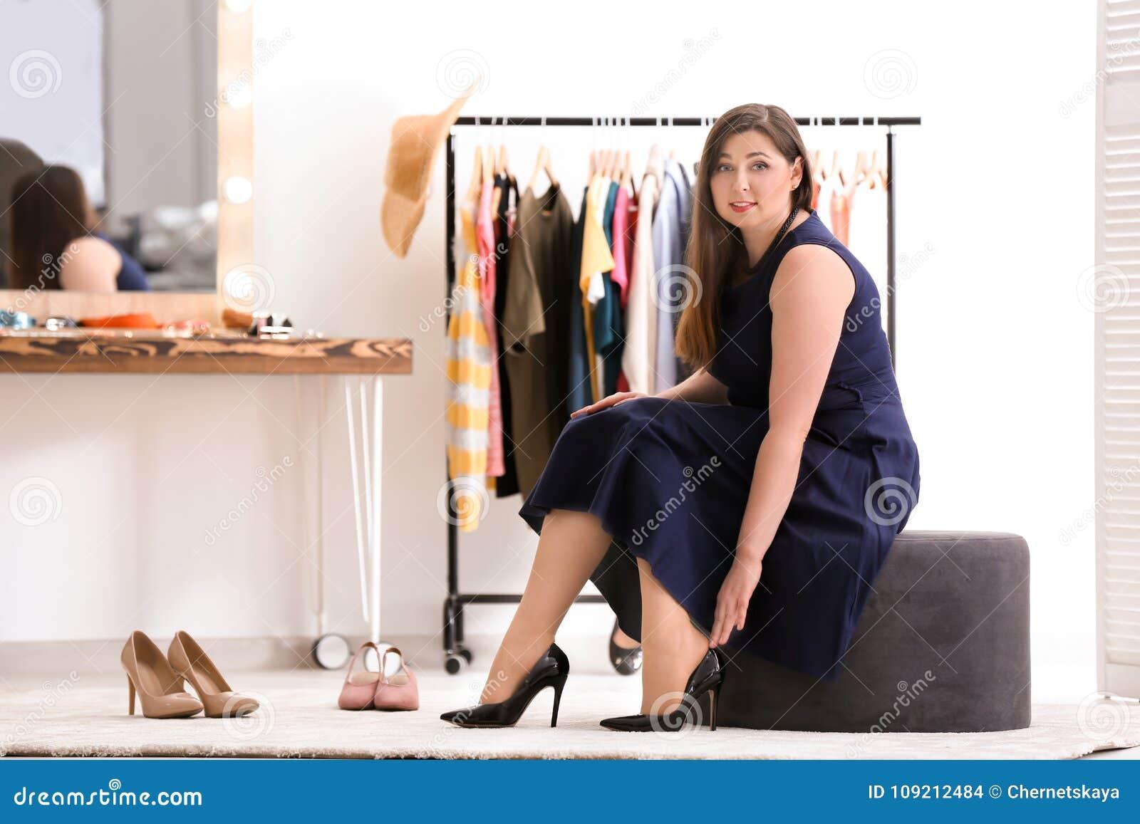 尝试在鞋子的美丽的超重妇女