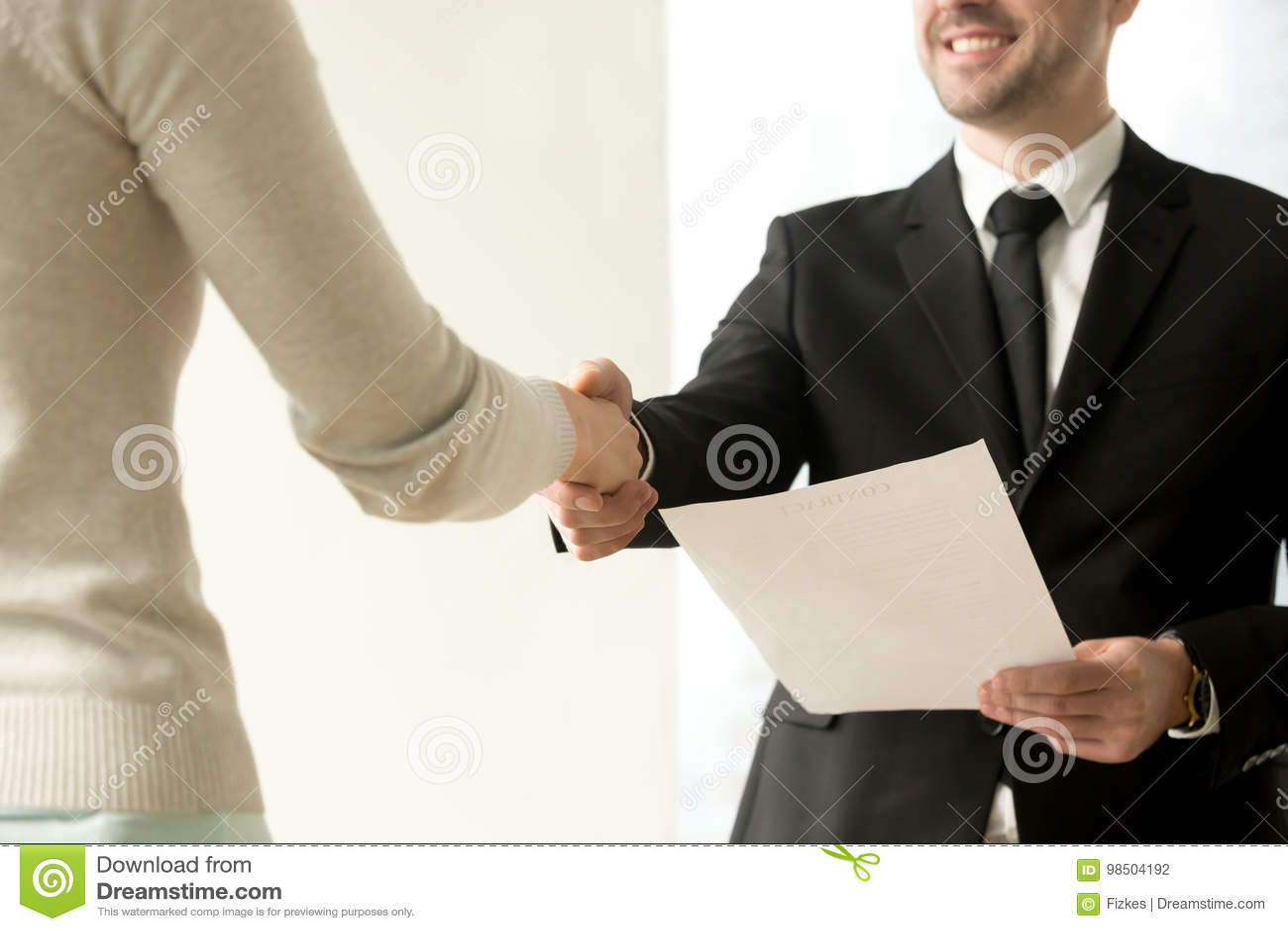 就业握手特写镜头,震动新的雇工的雇主