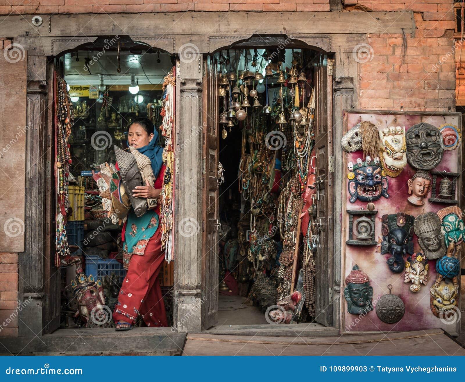 尼泊尔妇女在纪念品店在市场上