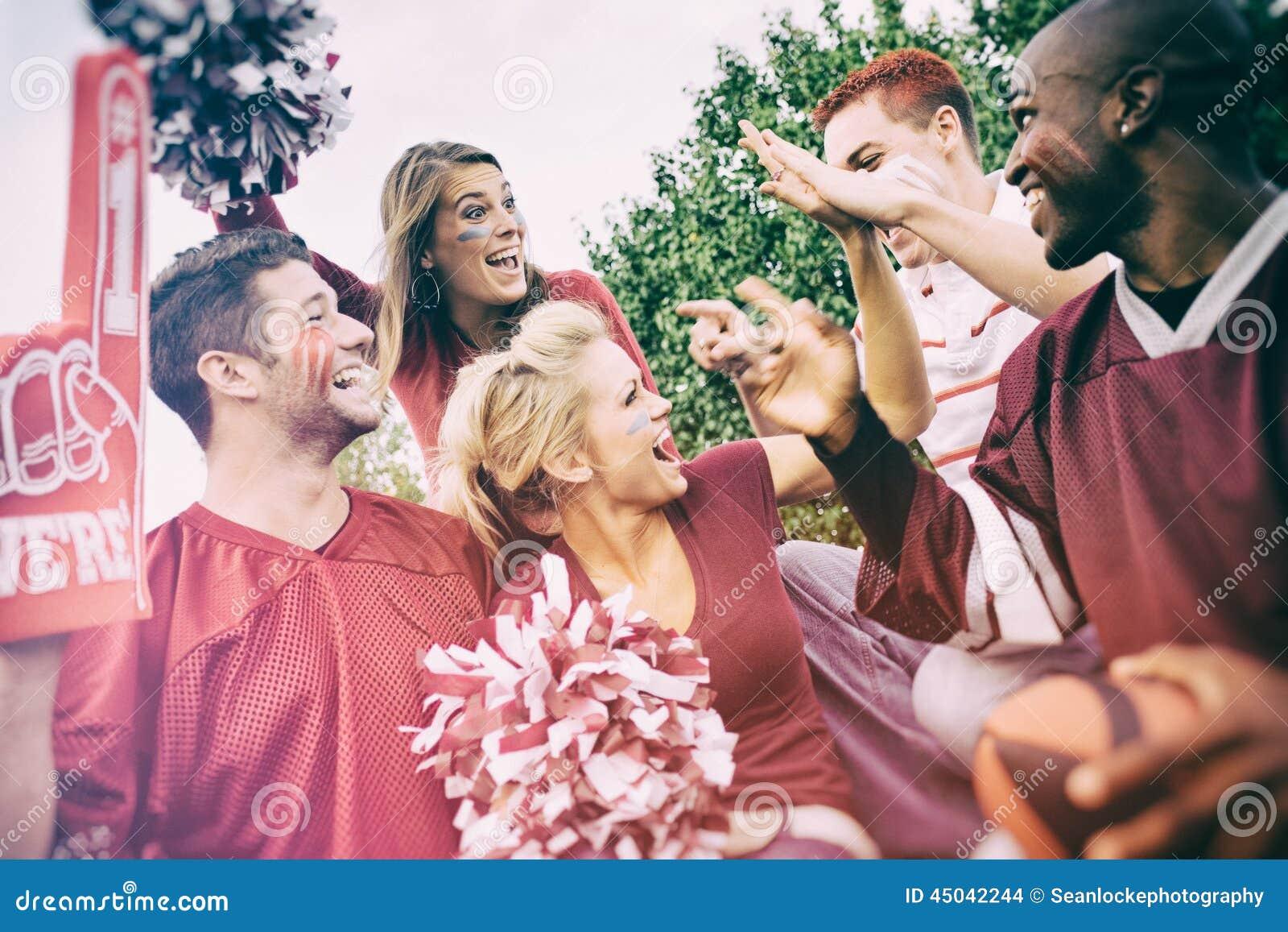尾板:小组为橄榄球赛激发的大学生