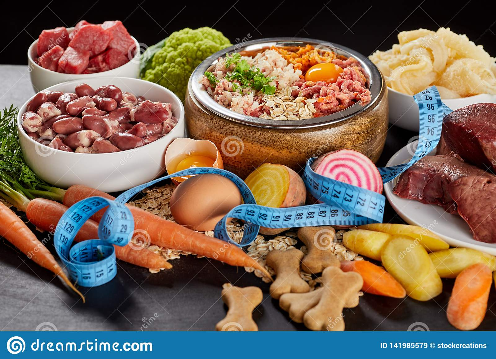 尾随与未加工的barf的饮食和减肥概念