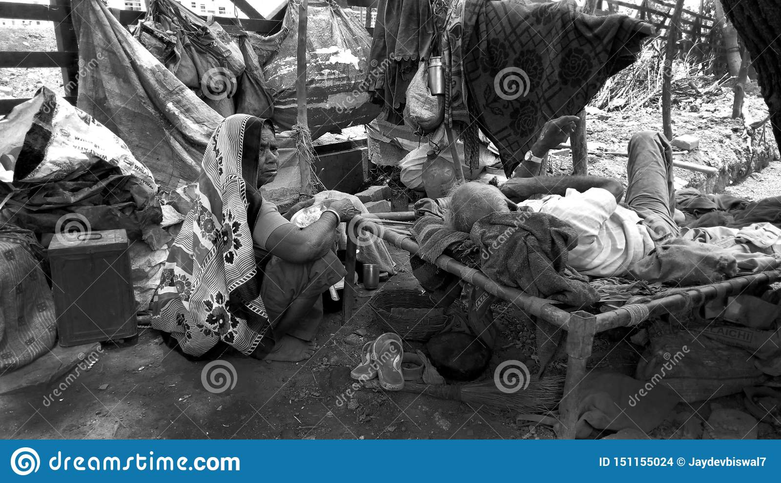 居住在路边的无能为力的可怜的家庭 身体不在那里照料他们 自己住的丈夫和的妻子他们的晚年的