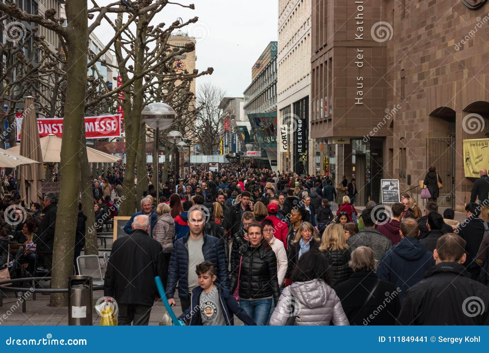 居民和游人中央历史和购物街道Koenigstrasse国王的Street