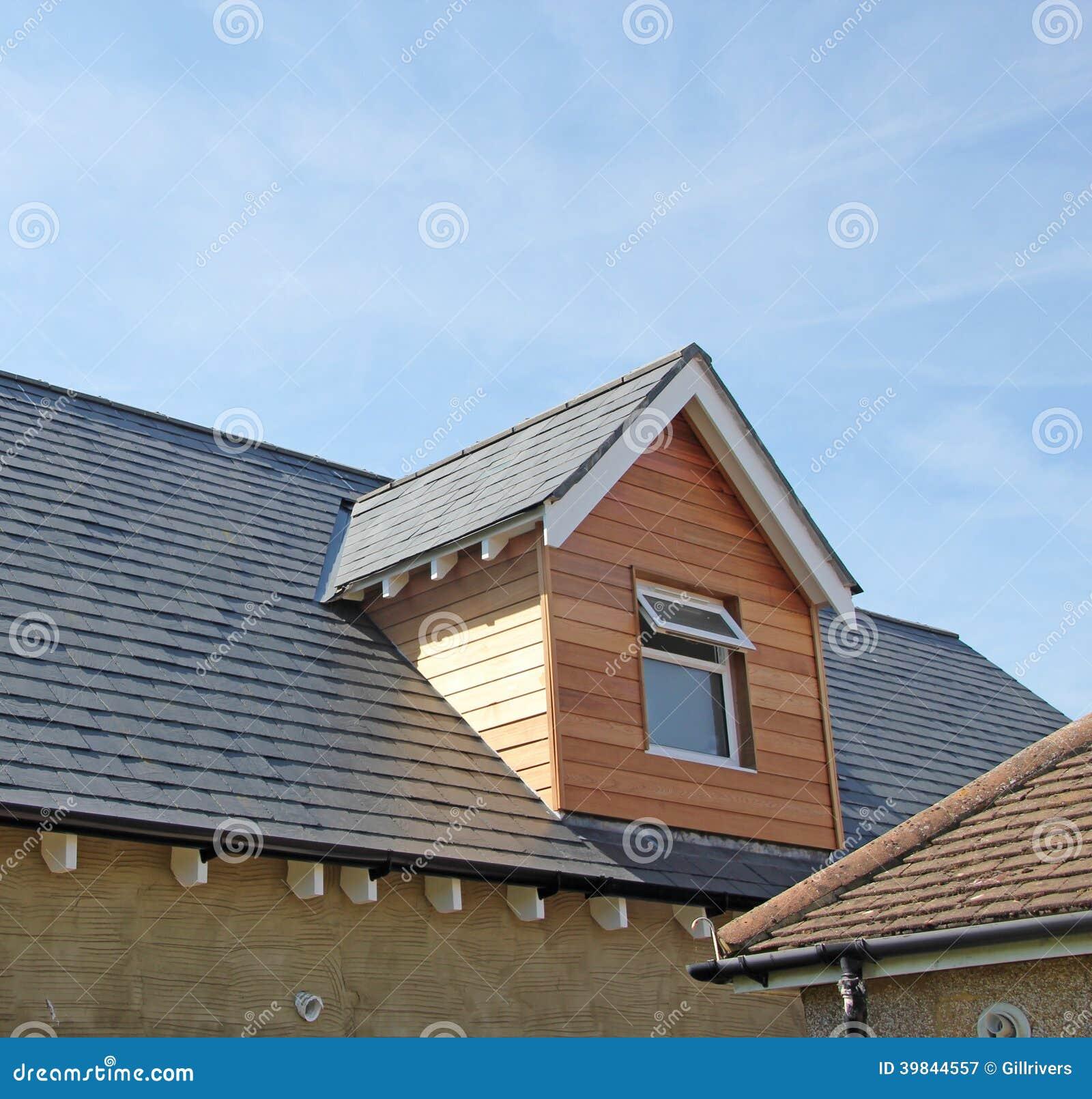 这张照片显示一个现代屋顶引伸.图片
