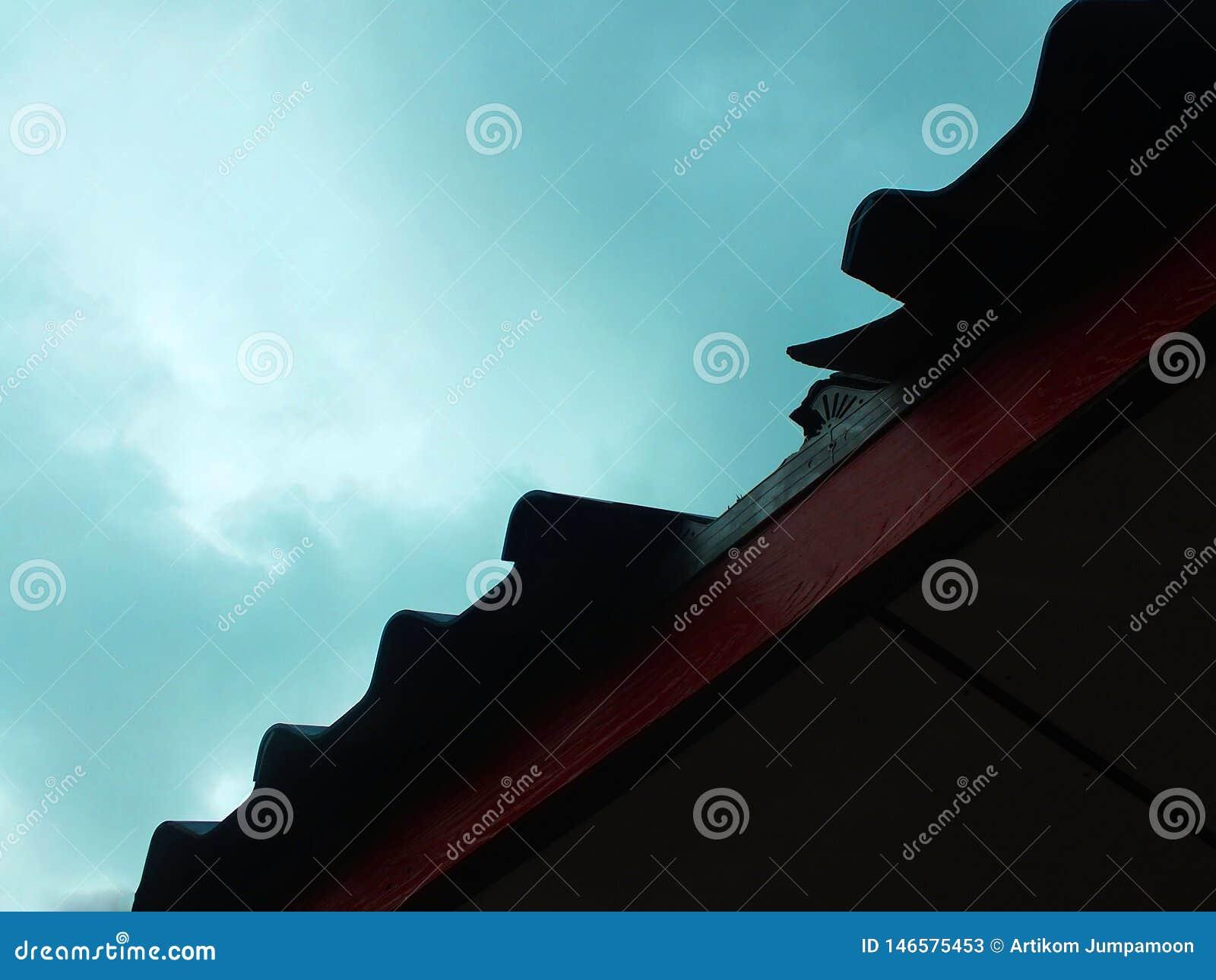 屋顶是残破的由于严重被损坏