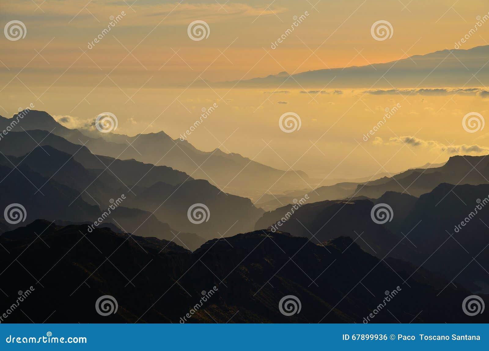 山剪影在日落的