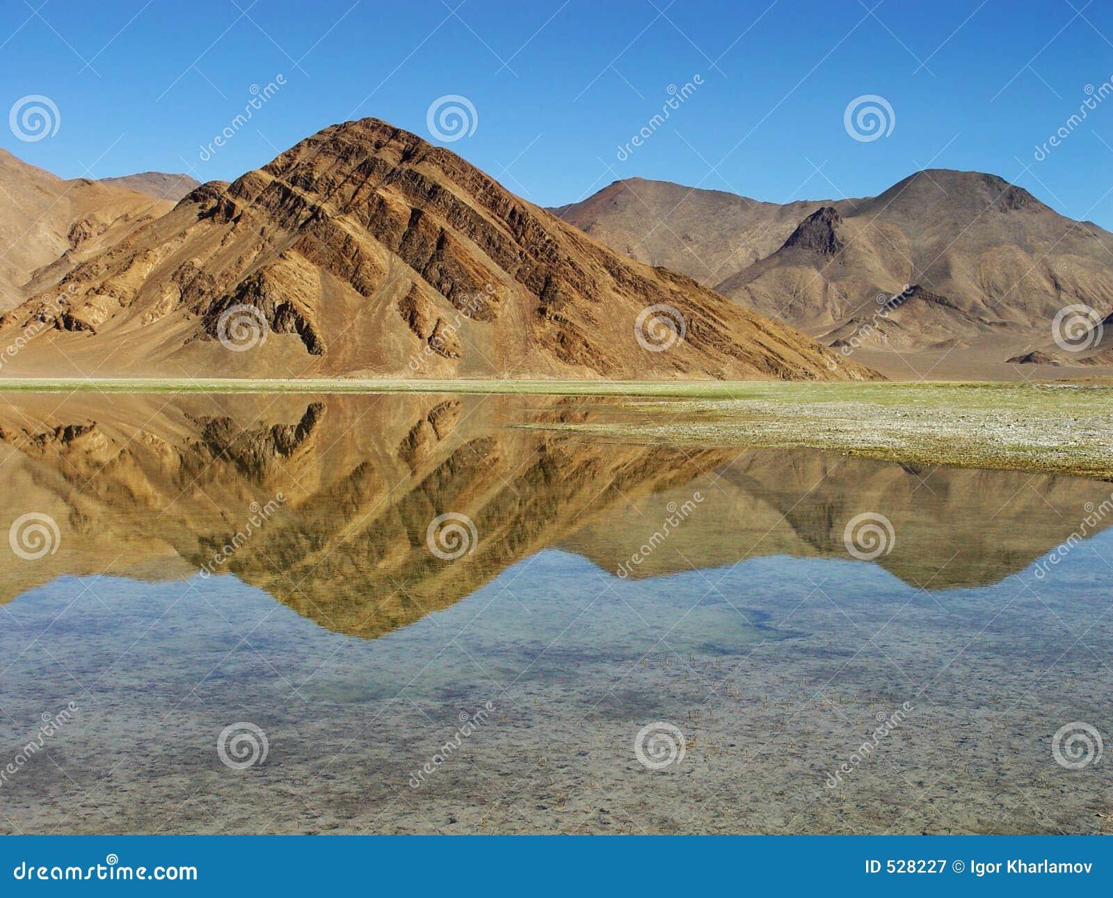 Download 山反映 库存图片. 图片 包括有 旅游业, 横向, 蓝色, 反映, 红色, beautifuler, 黄色, 形成 - 528227