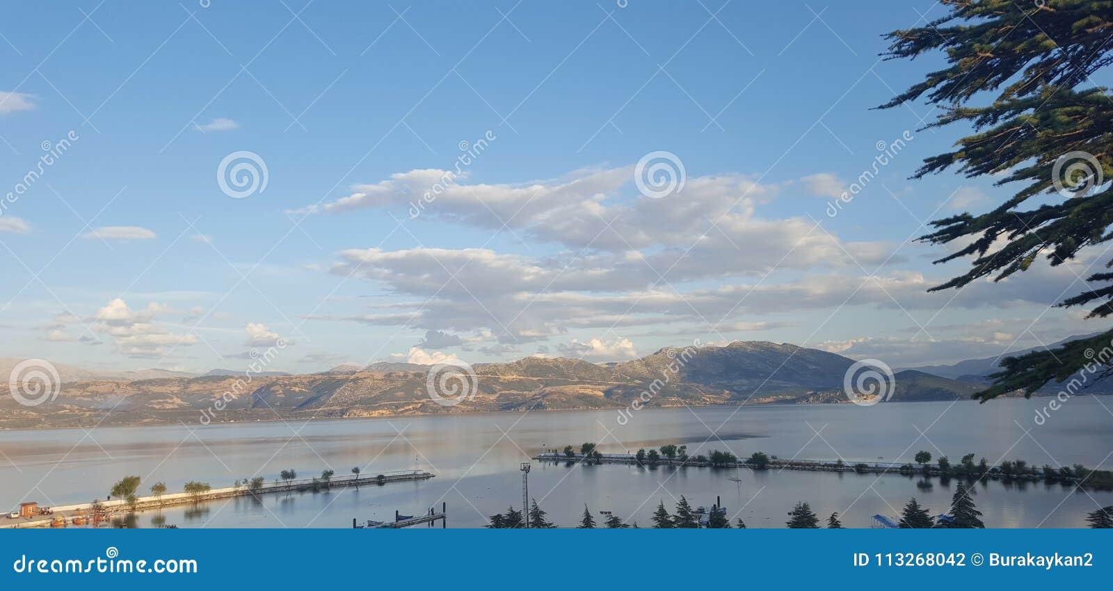 山和云彩由湖