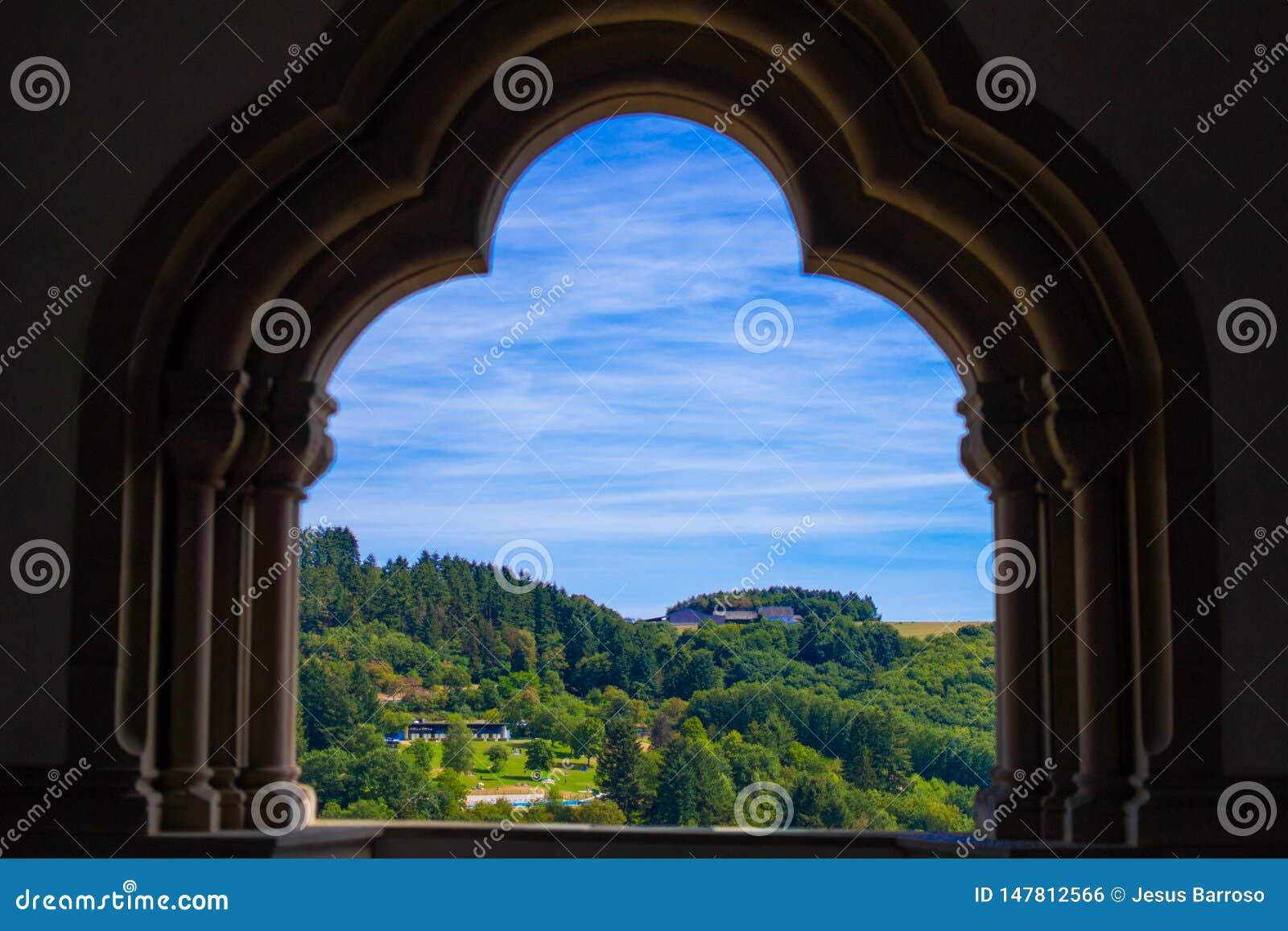 山和森林的看法在Vianden,卢森堡,从在Vianden城堡里面的曲拱