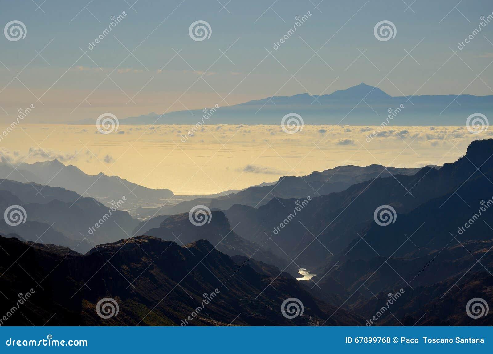 山和特内里费岛海岛剪影在背景,加那利群岛中