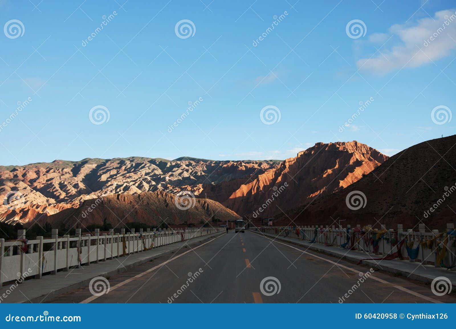 山和蓝天自然视图
