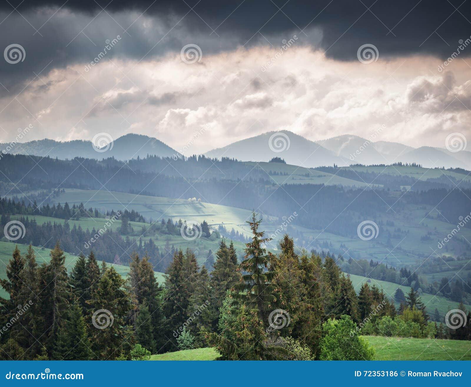 山和暴风云早晨