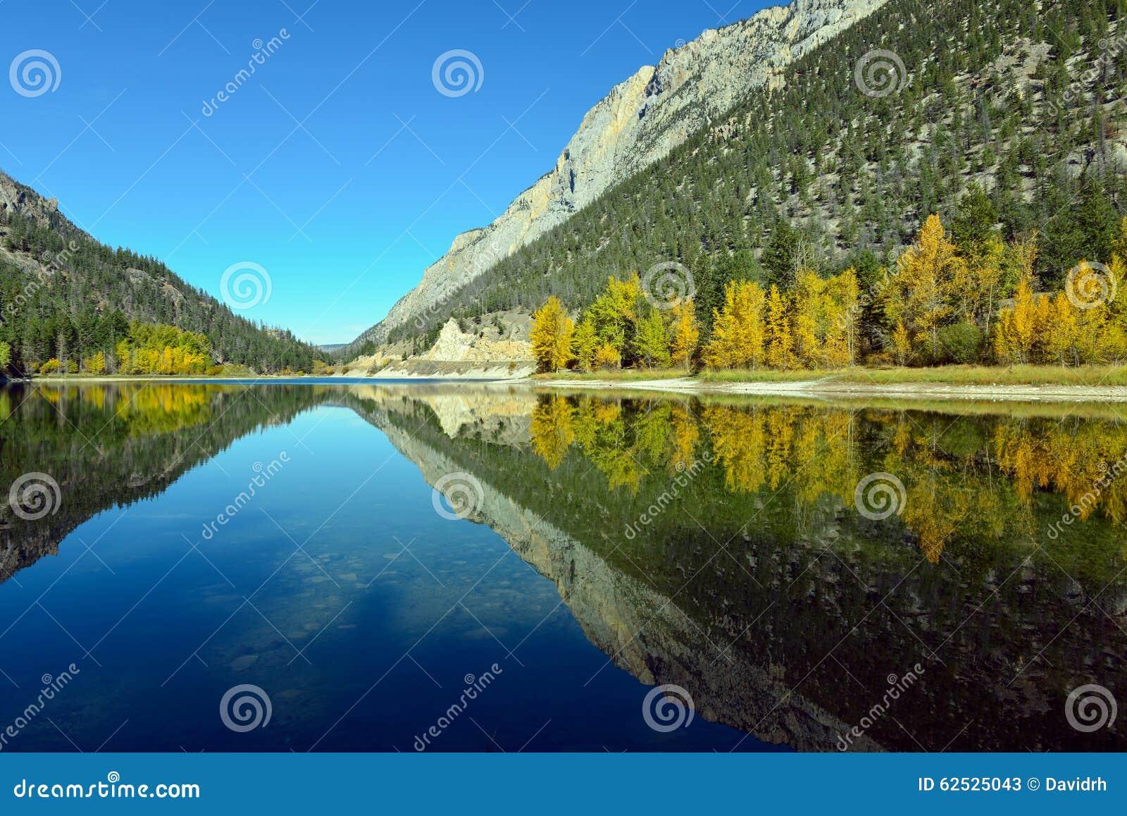 山在大理石峡谷省Pa的Crown湖反射了