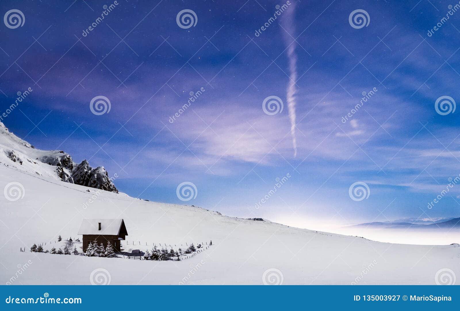 山客舱冬天夜风景令人惊讶的天空