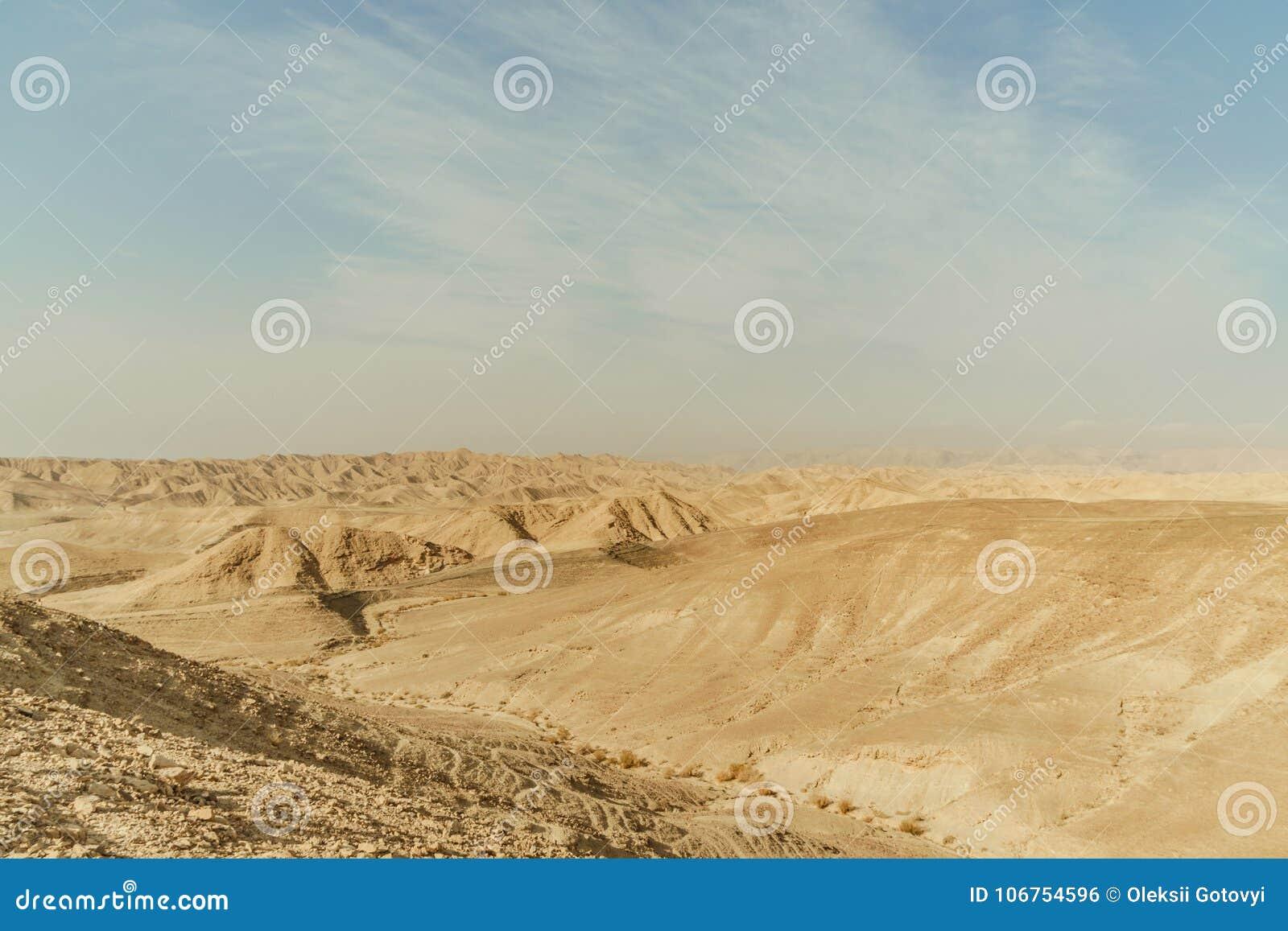 山小山干燥沙漠风景在以色列 沙子、岩石和石头谷在热的中东旅游业地方