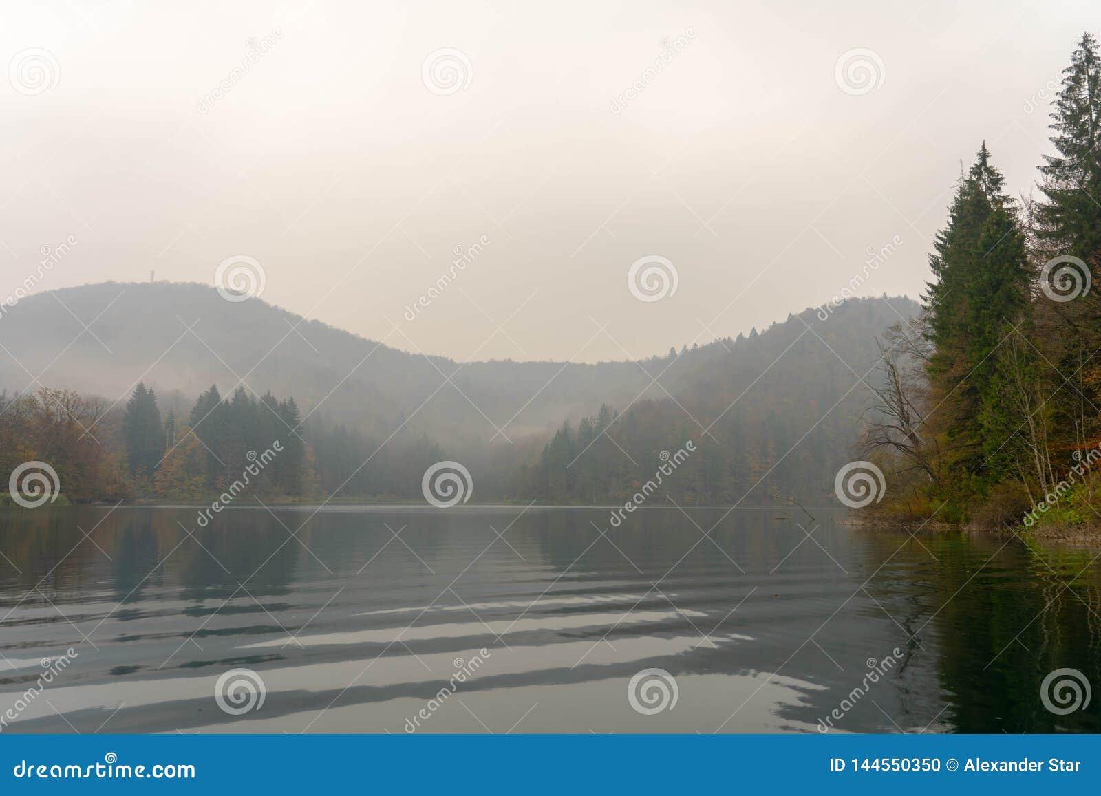 山峭壁的Plitvice湖
