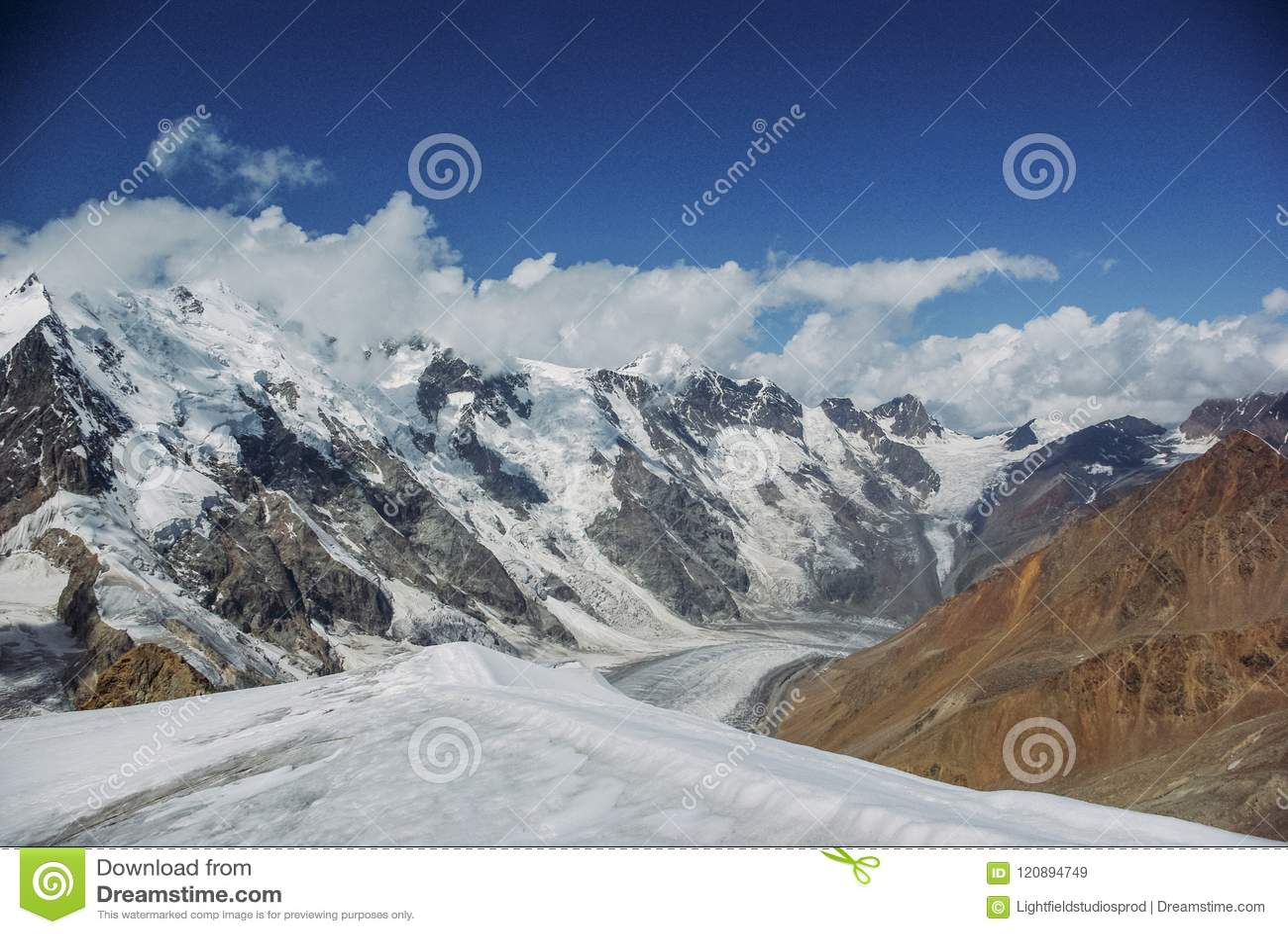 山惊人的看法环境美化与雪,俄罗斯联邦,高加索,