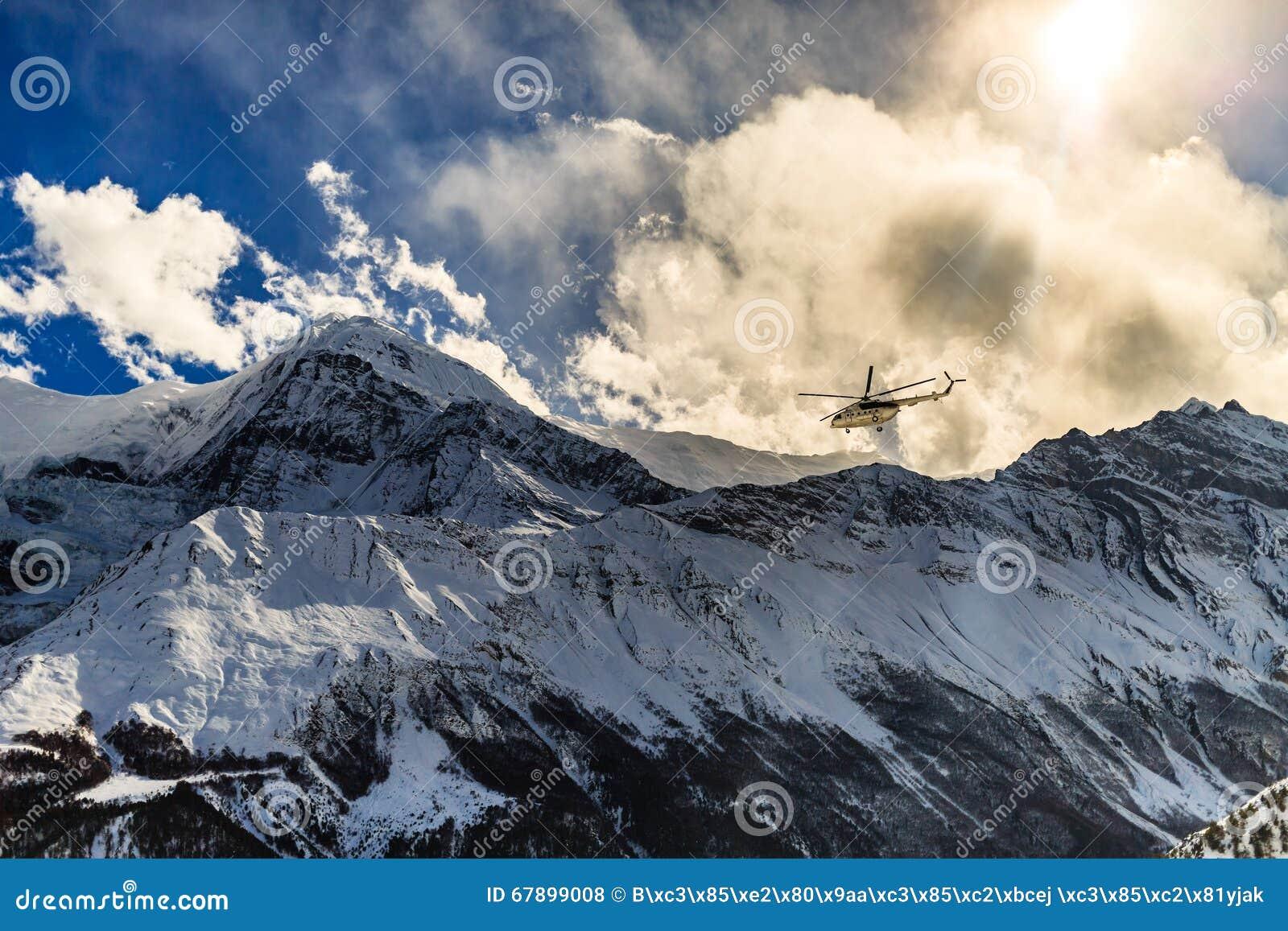 山抢救直升机在喜马拉雅山Mountrains