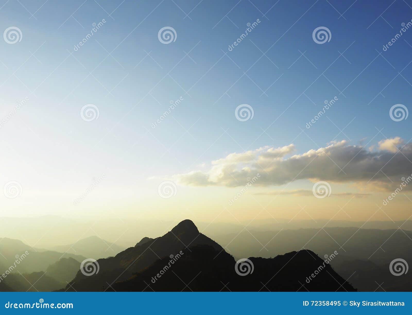 从山的上面的日落在泰国