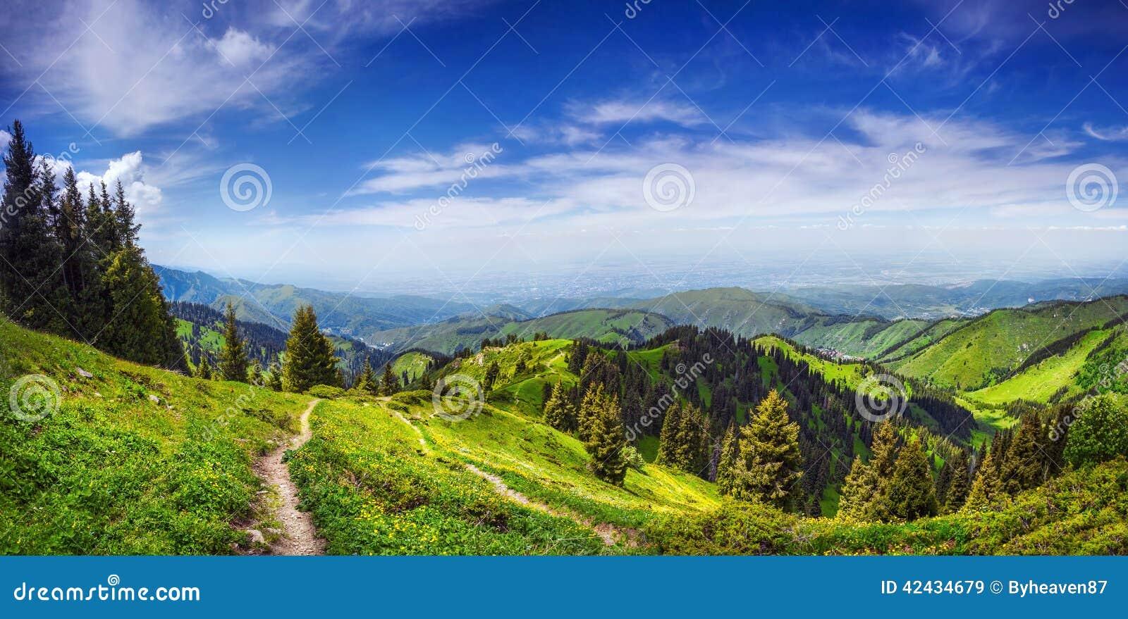 山的全景在Alamty