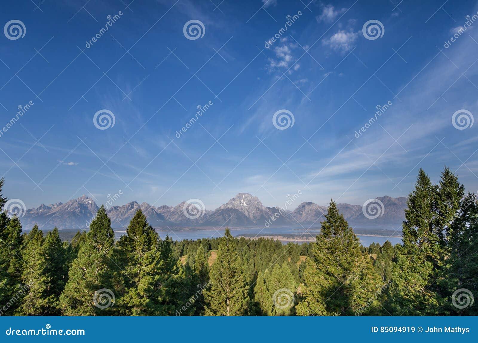 山脉在蓝天下