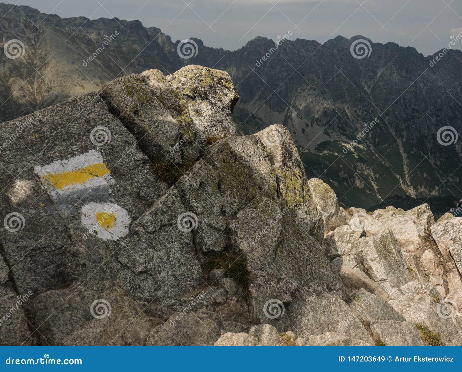 山行迹的标志在岩石的