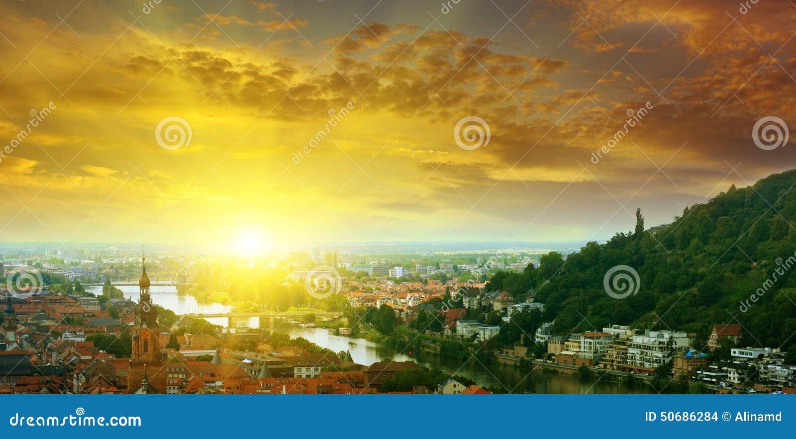 Download 山谷和日出的城市 库存照片. 图片 包括有 房子, 照亮, 上升, 都市风景, 屋顶, 森林, 图象, 黎明 - 50686284