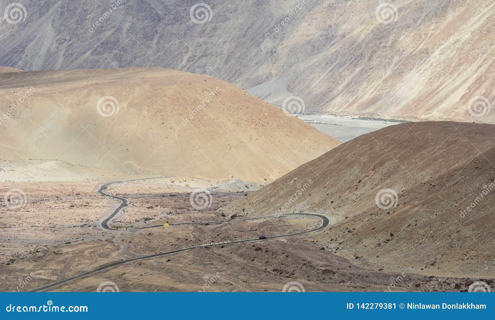 山路在拉达克,在印度北部