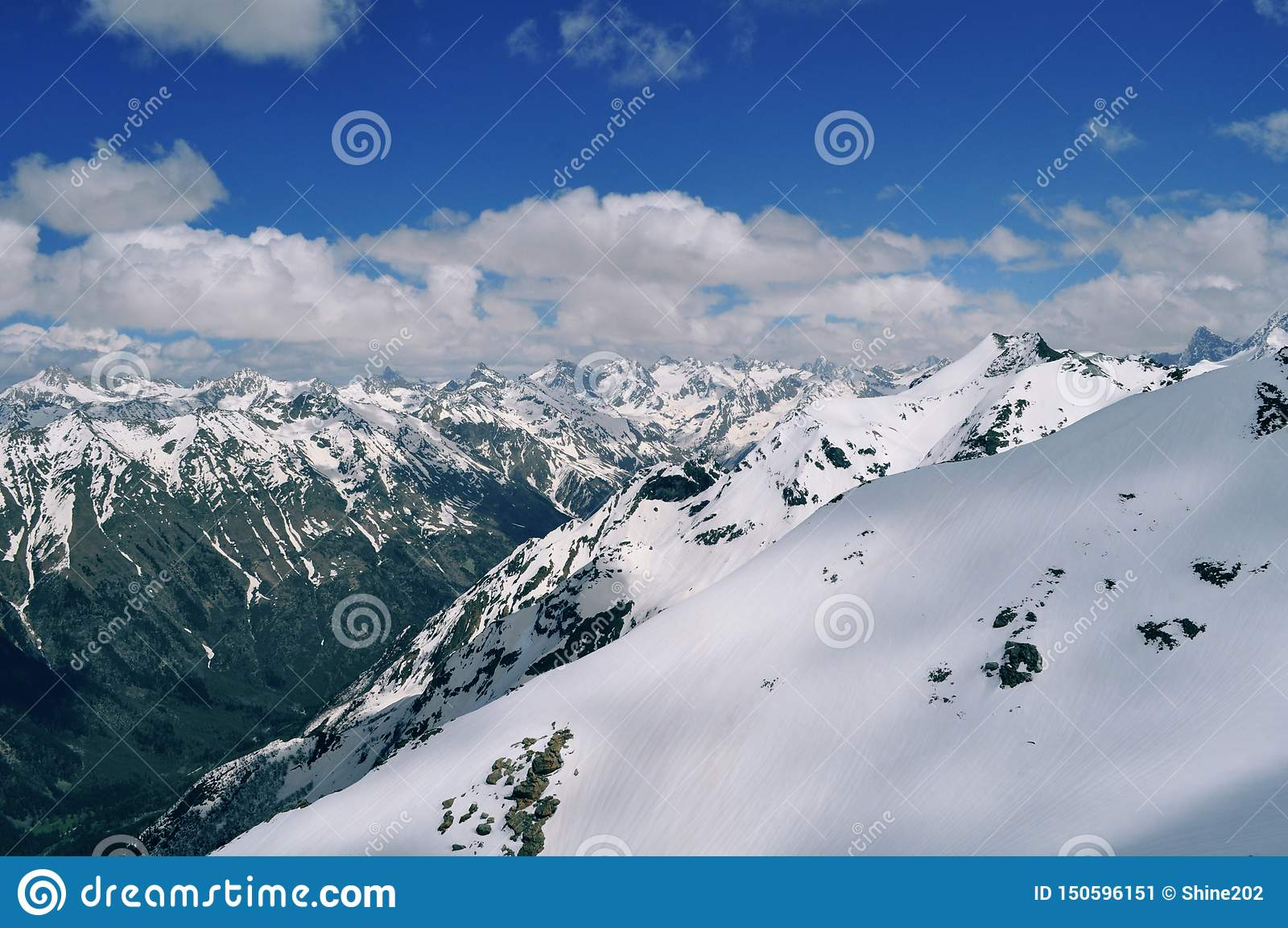 山风景的美丽的景色:山脉,白色云彩