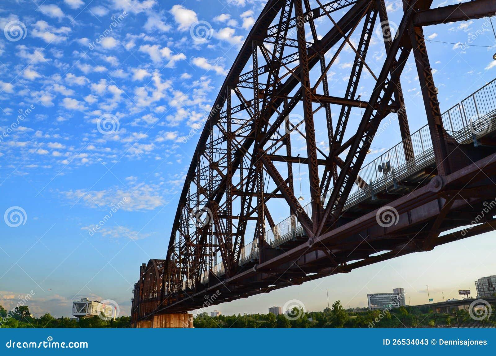岩石海岛铁路桥梁。