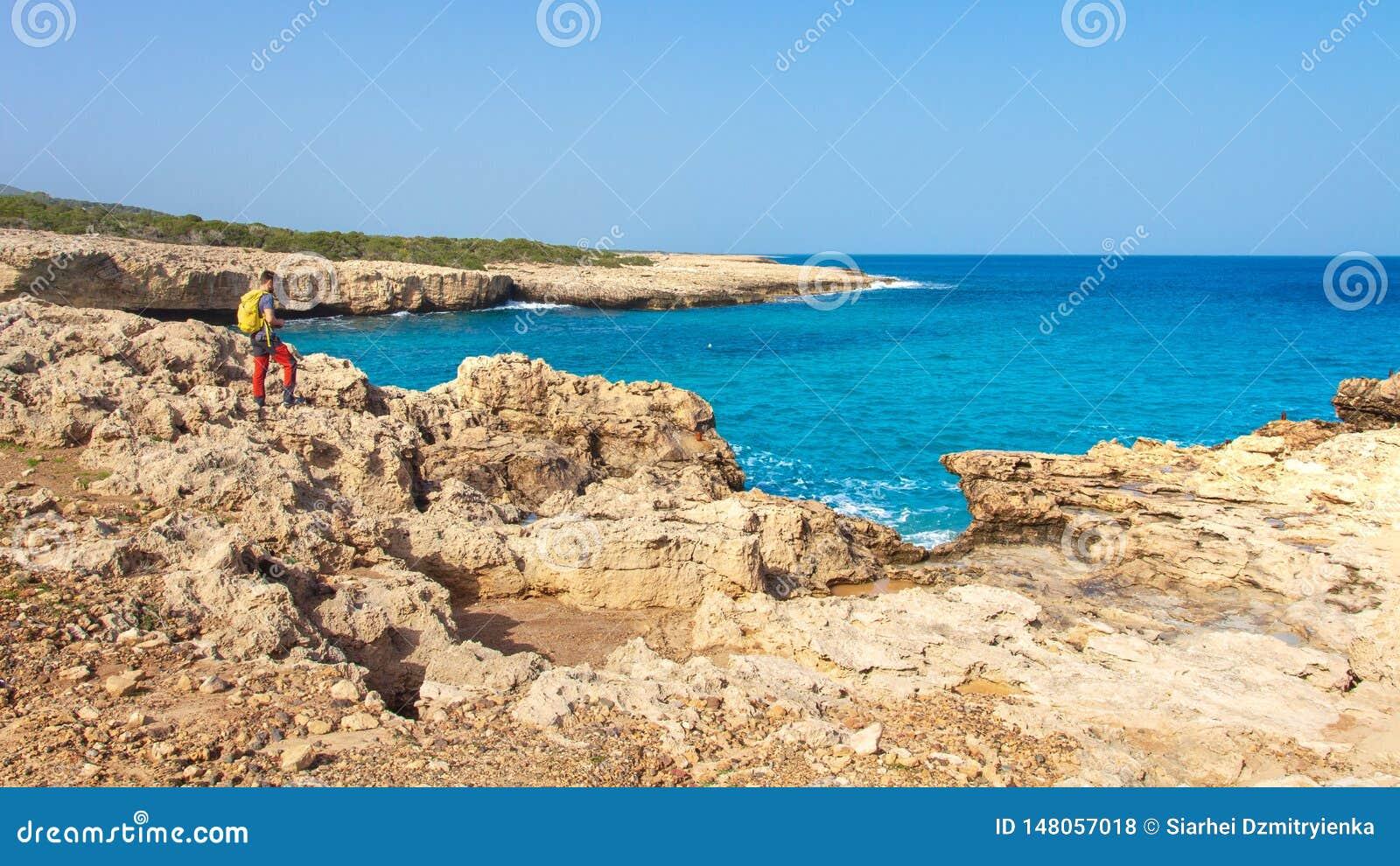 塞浦路斯岩石海岸景观 塞浦路斯海湾碧绿水景 人类看海浪