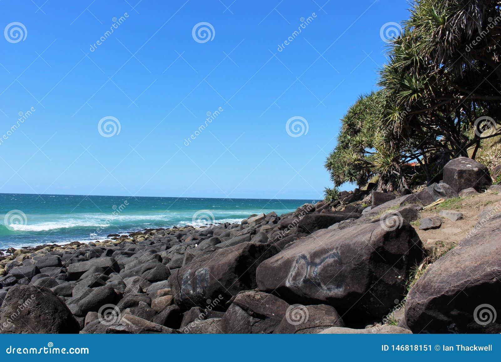 岩石海洋海岸线在一个晴天