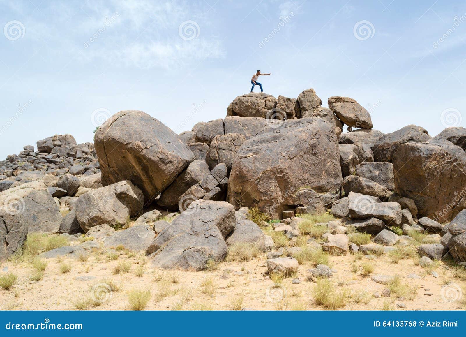 岩石的人指向某事与他的手指的