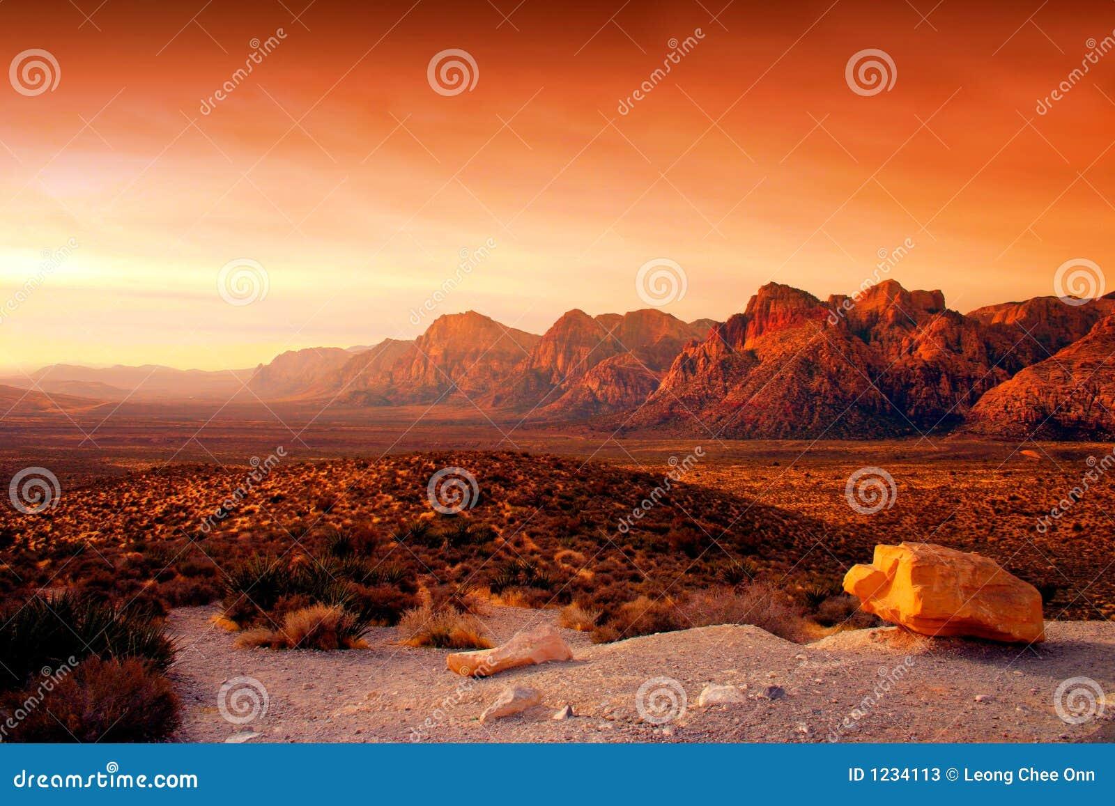 峡谷内华达红色岩石