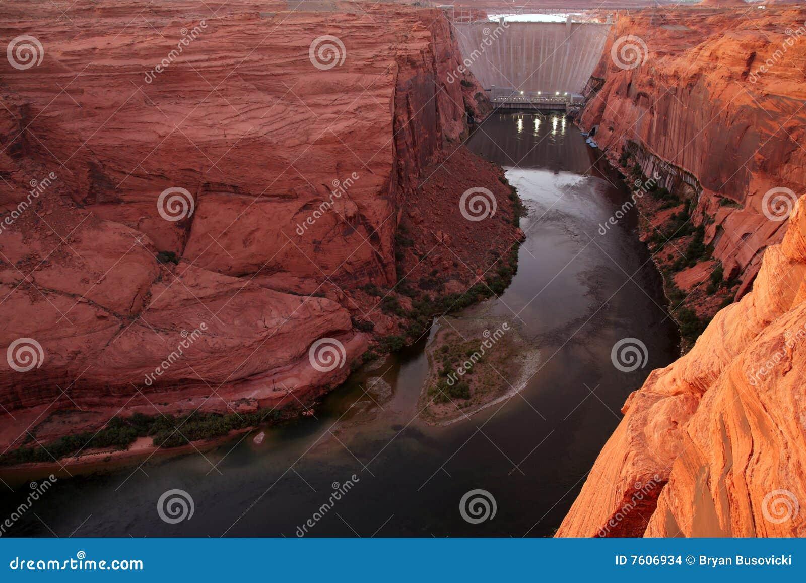峡谷水坝幽谷