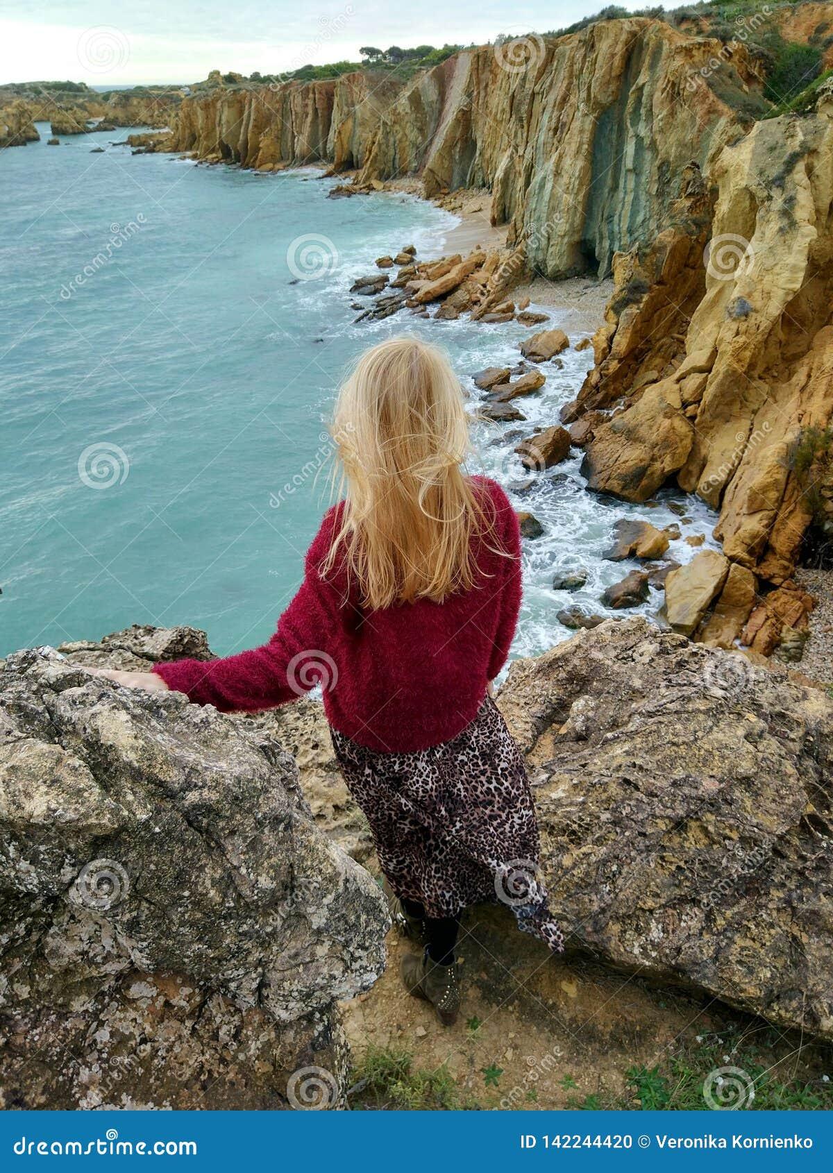 峭壁的白肤金发的女孩