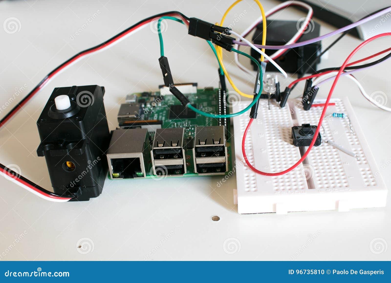 巡回与两台辅助电动机被连接到单板