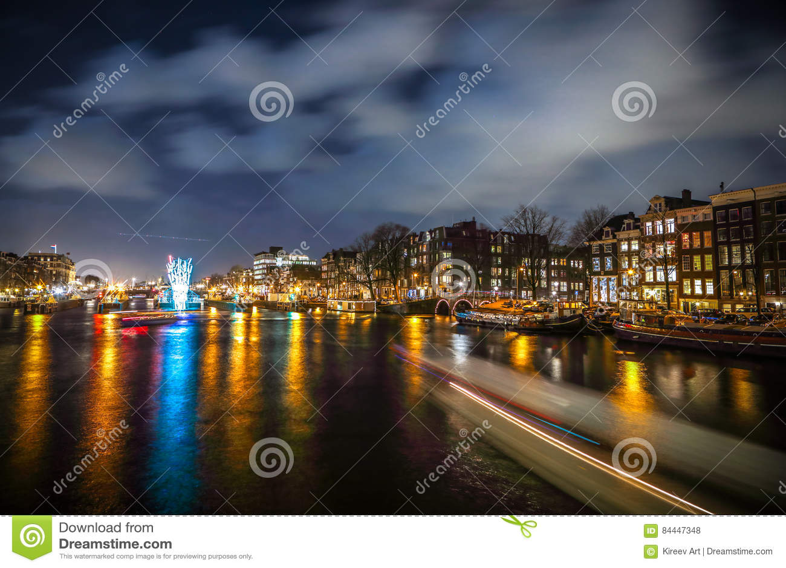 巡航在夜运河的小船仓促 阿姆斯特丹夜运河的轻的设施在轻的节日内的