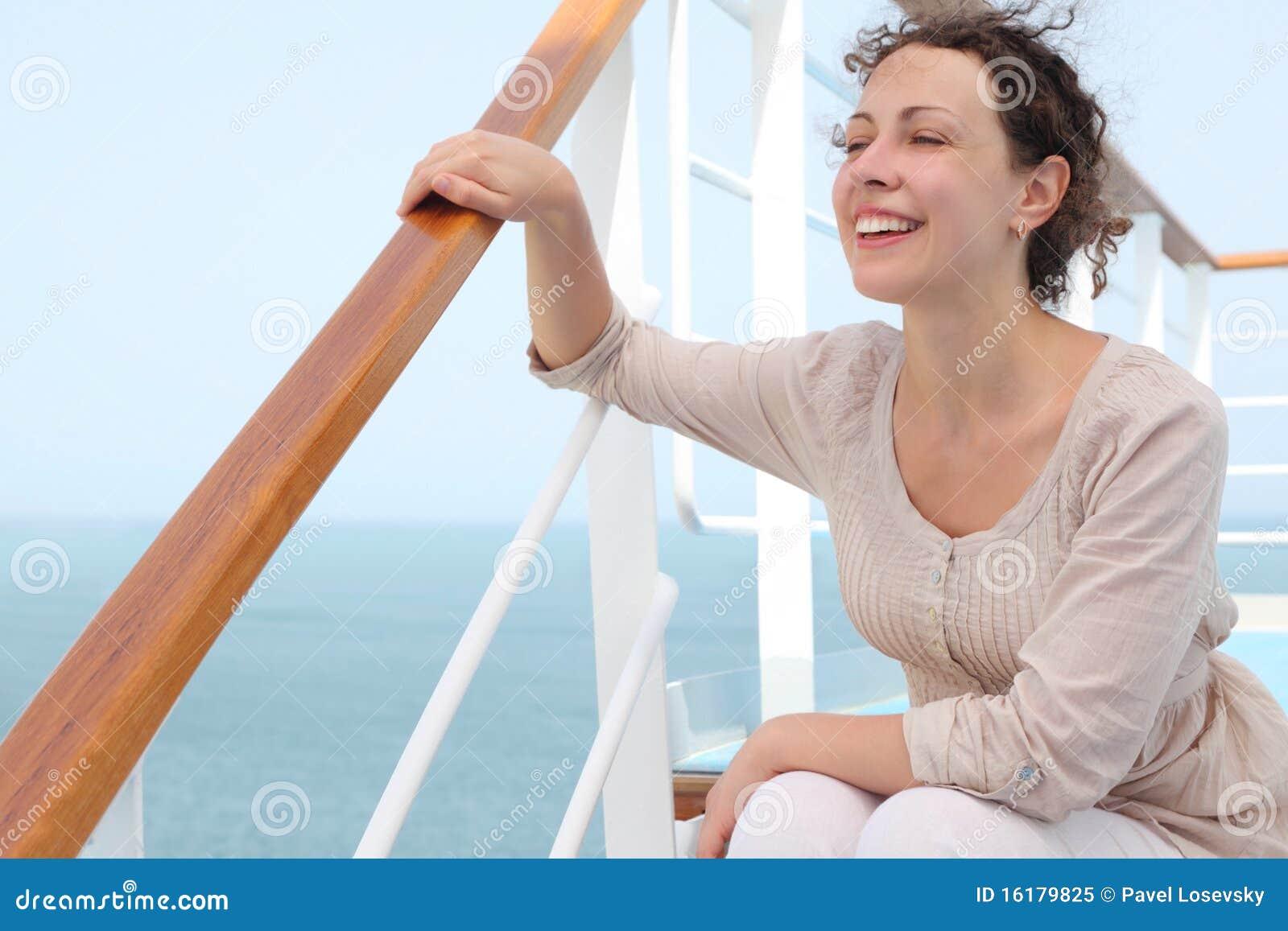 巡航甲板划线员坐的台阶妇女
