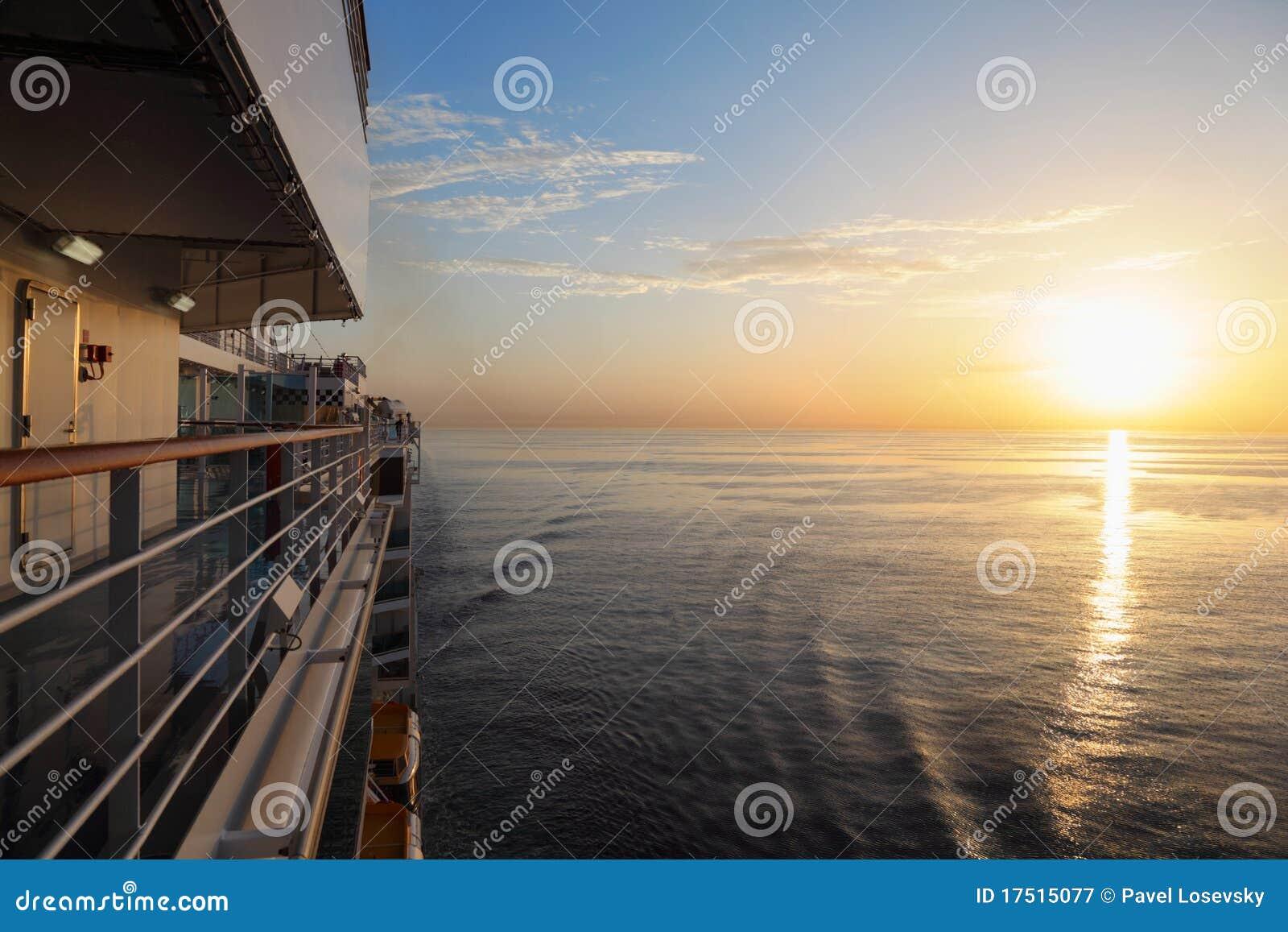 巡航甲板早晨船视图