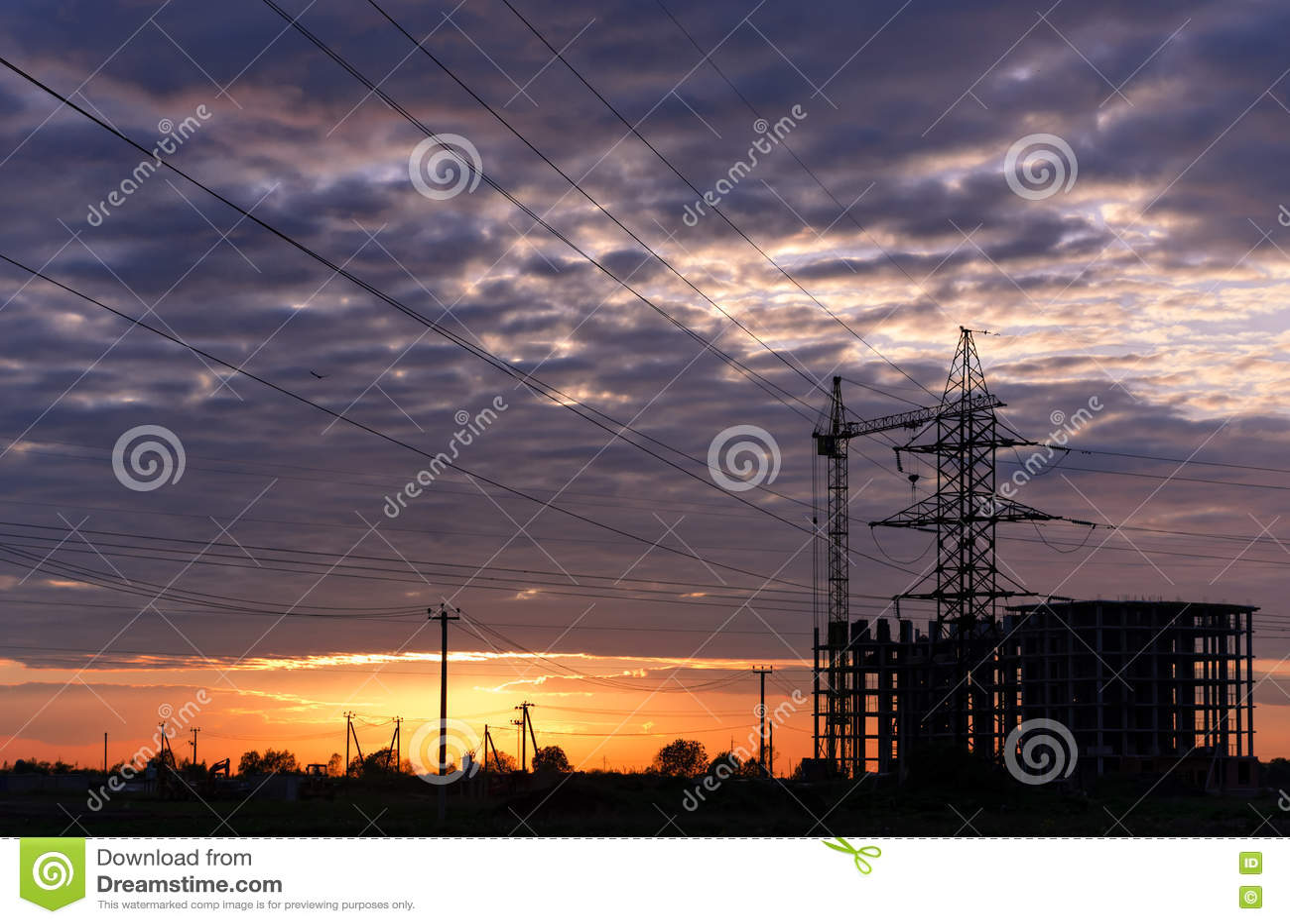 工业建筑用起重机和大厦剪影