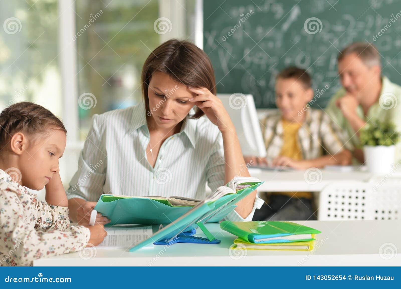 工作与孩子的老练的老师画象