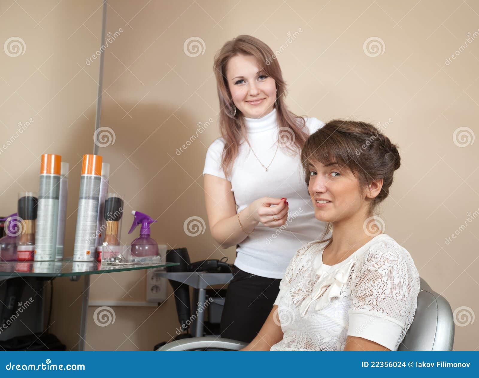 工作与长发女孩的美发师