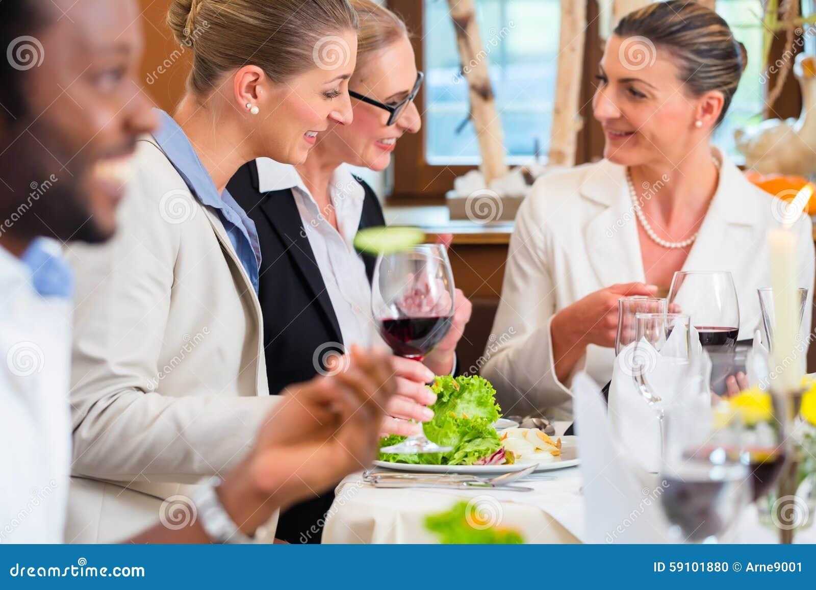 工作午餐在餐馆用食物和酒