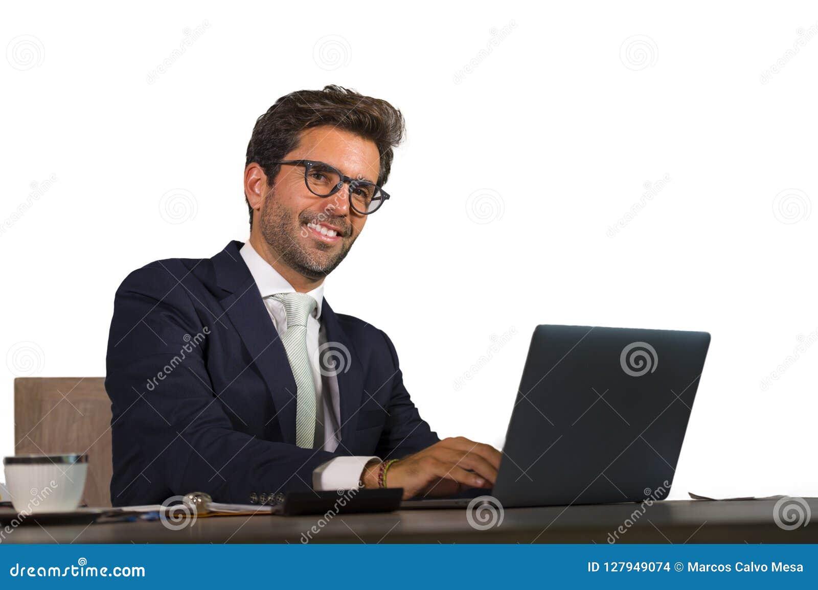 工作在办公室手提电脑书桌微笑的co的年轻英俊和可爱的商人公司公司被隔绝的画象
