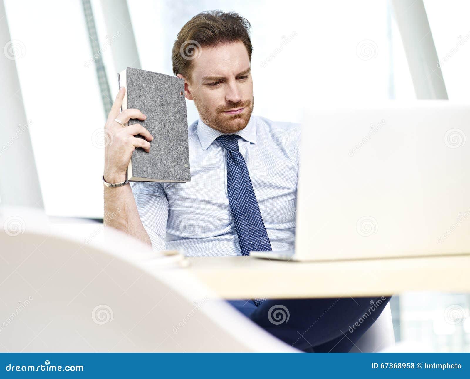 工作在办公室的企业人