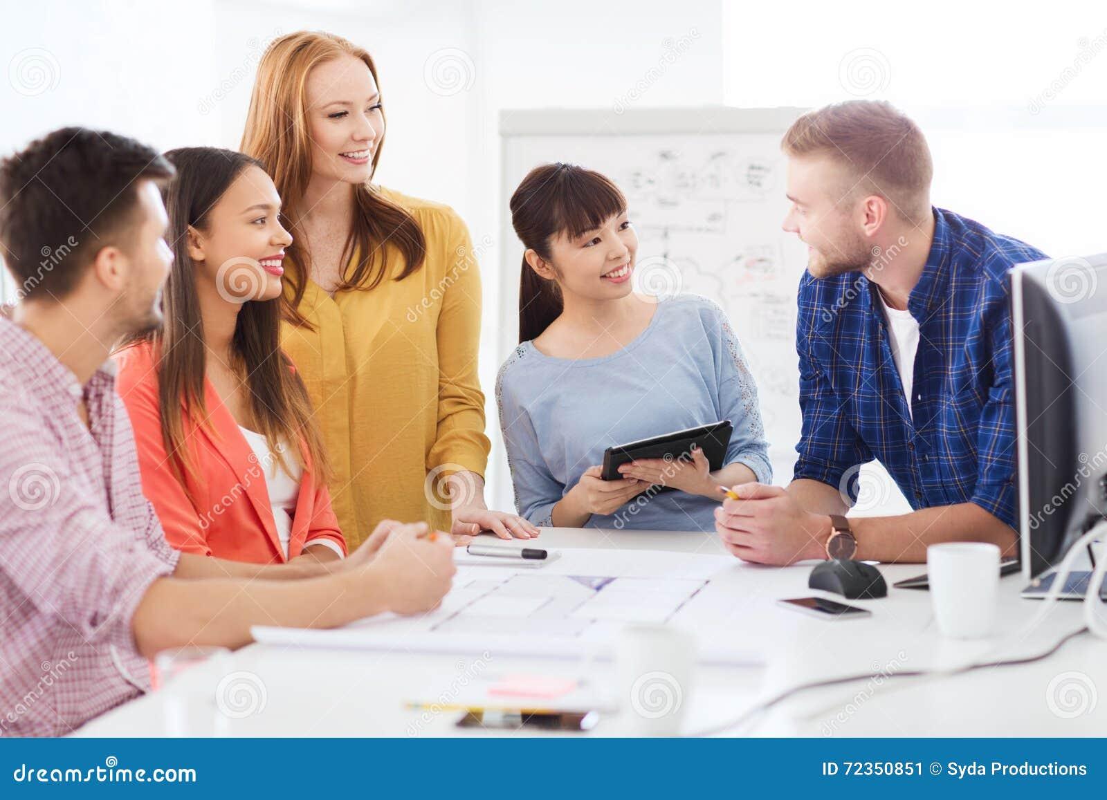工作在办公室的愉快的创造性的队或学生