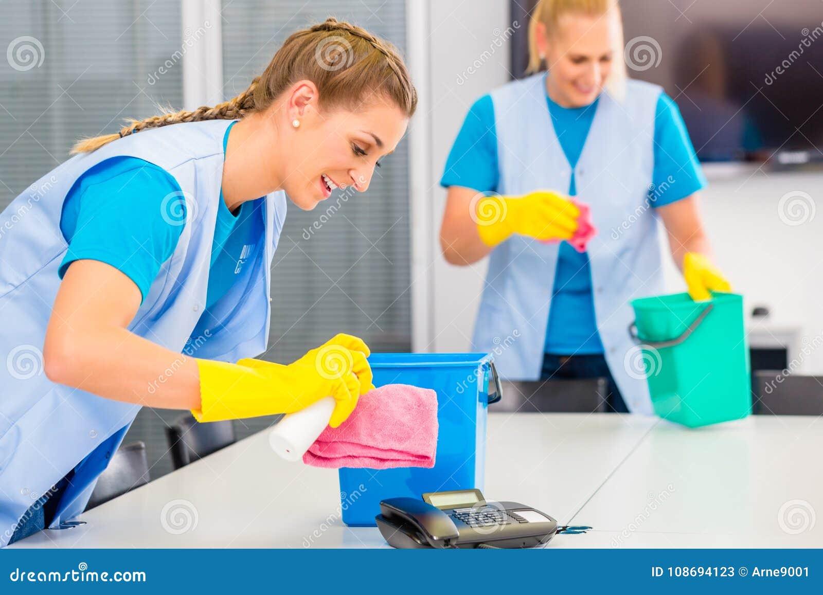 工作在办公室的清洁女工