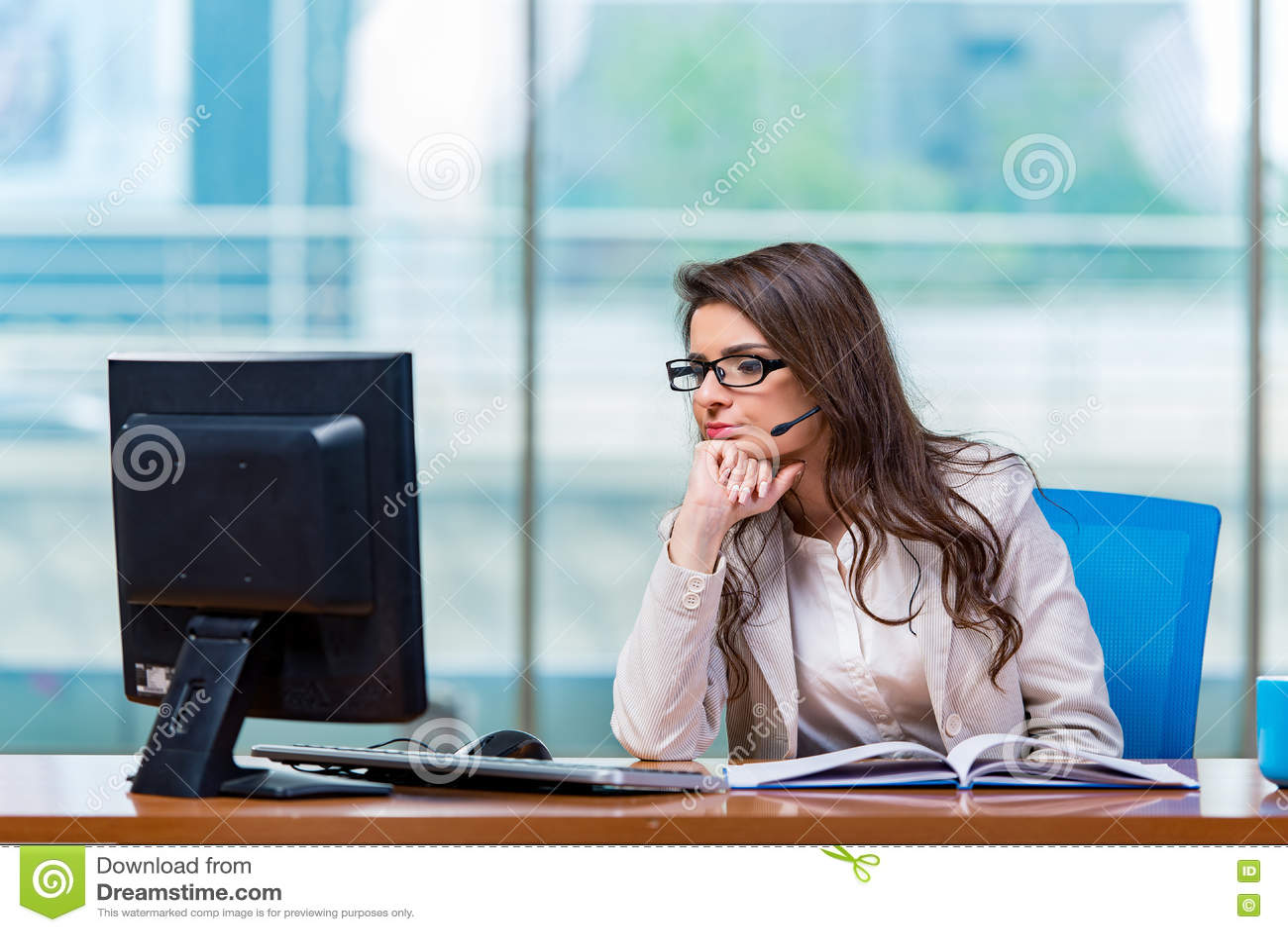 工作在办公室的电话中心操作员